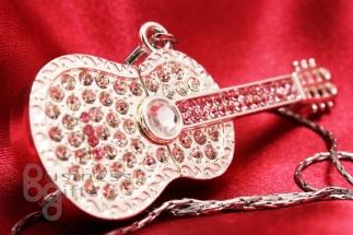 Гитара со стразами стального цвета.